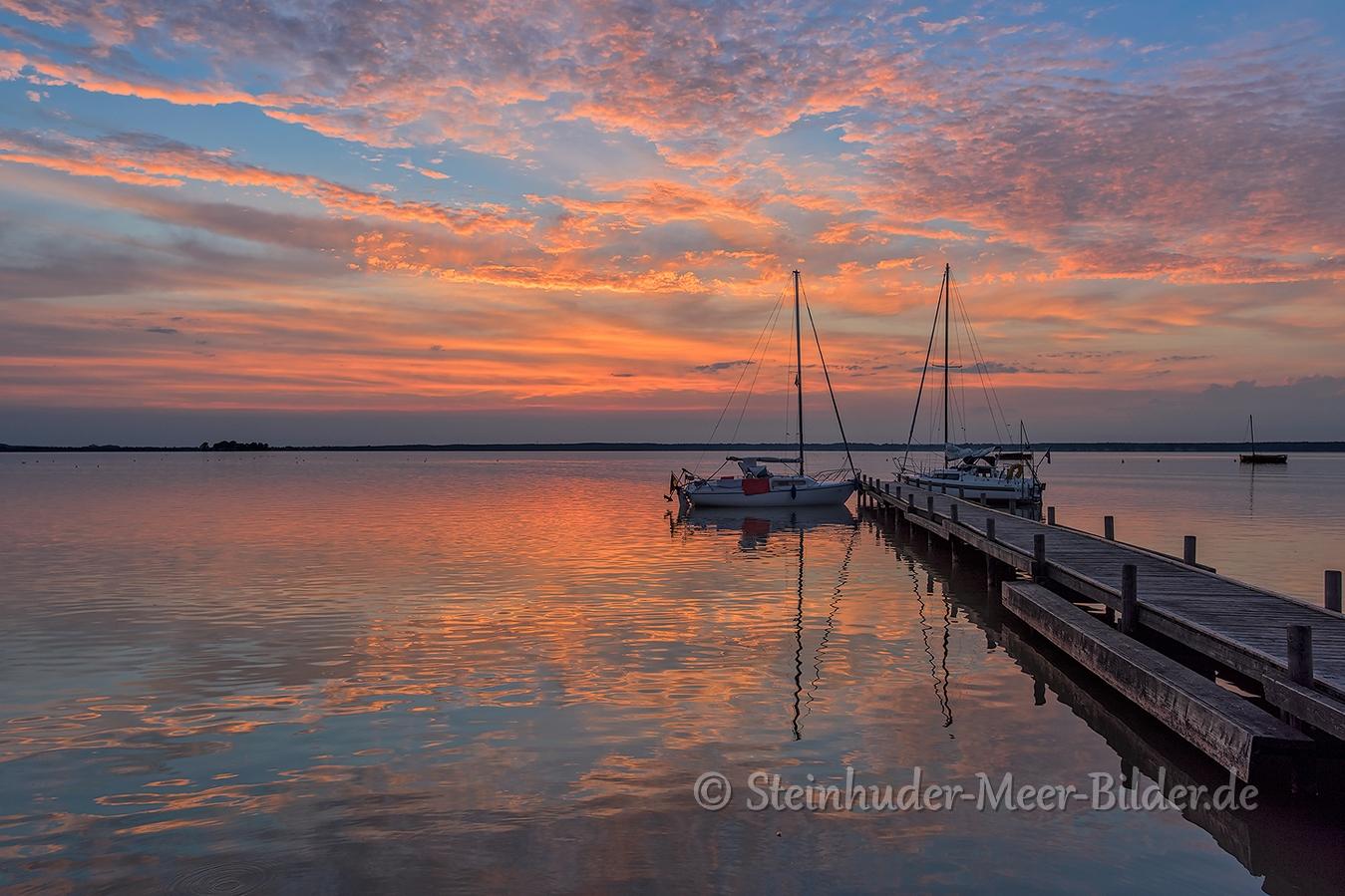 Abendrot-Wolken-Wolkenhimmel-Steg-Bootssteg-Segelboot-Boot-Sonnenuntergang-Abendhimmel-Daemmerung-Abendstimmung-Abendlicht-Steinhuder Meer-B_NIK_0547
