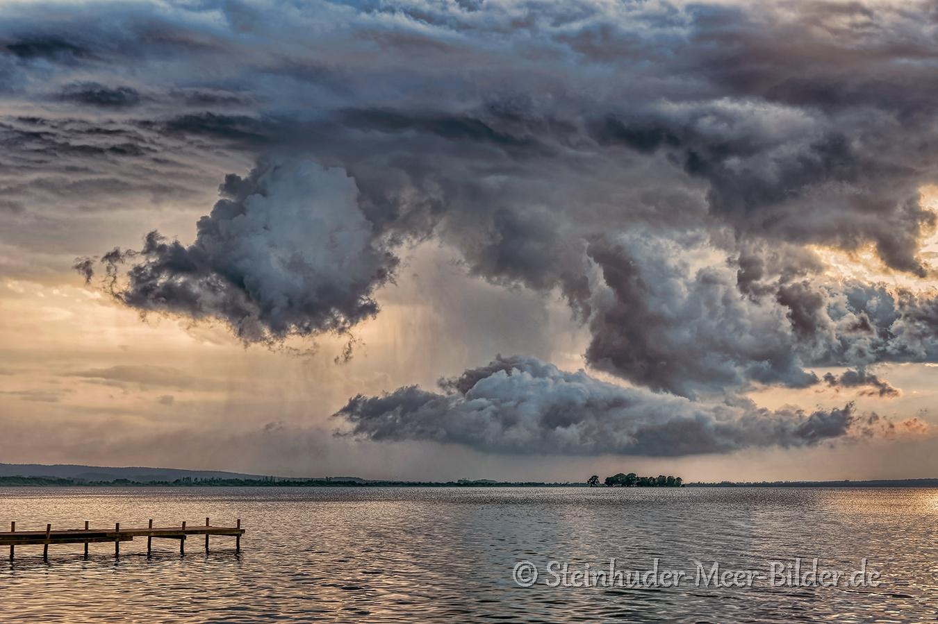 Gewitter-Wolken-Wolkenhimmel-Gewitterwolken-Abendstimmung-Abendlicht-Steinhuder Meer-C_SAM_0713a