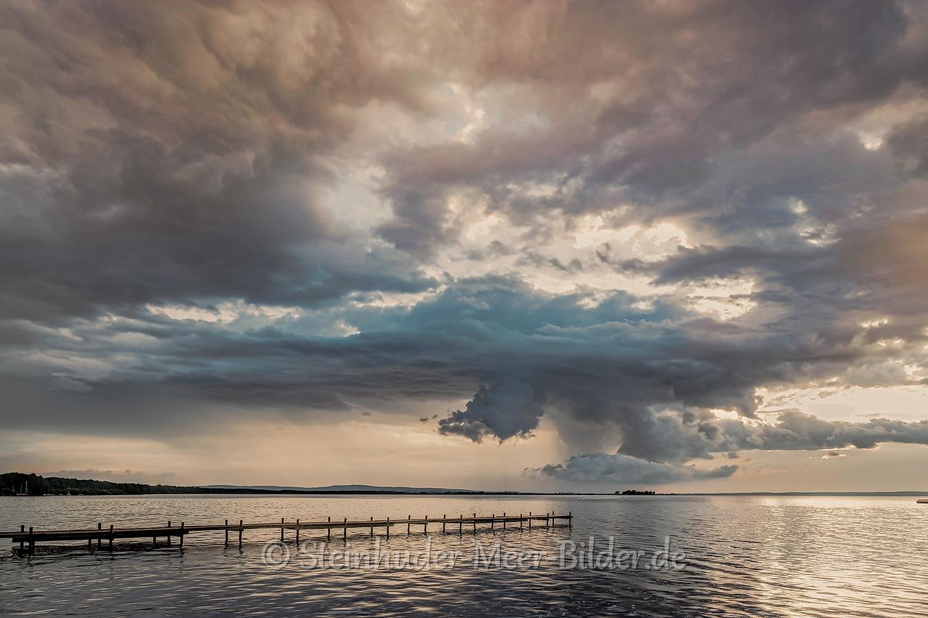 Gewitter-Wolken-Wolkenhimmel-Gewitterwolken-Abendstimmung-Abendlicht-Steinhuder Meer-C_SAM_0716a