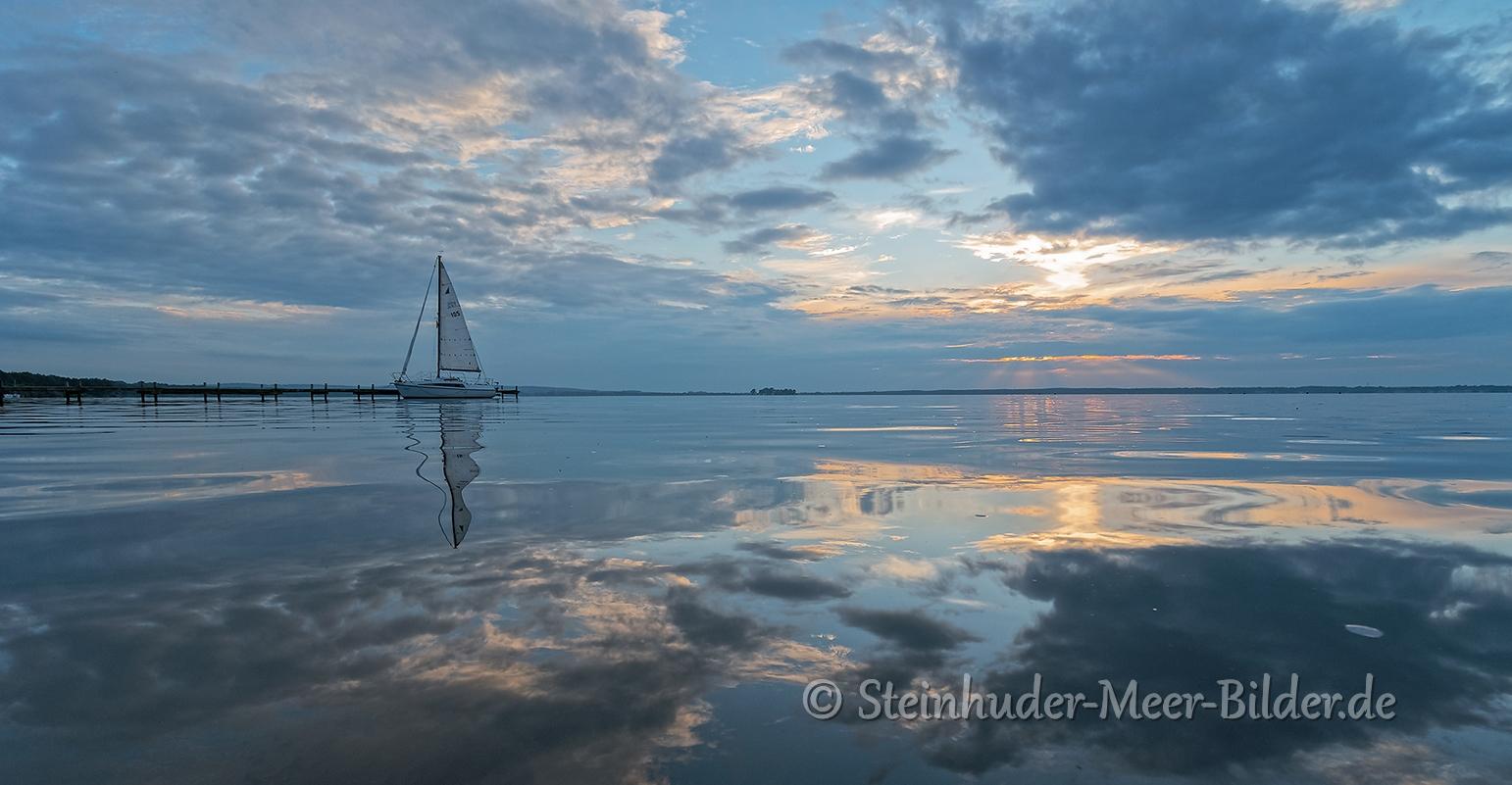 Wolken-Wolkenhimmel-Segelboot-Boot-Sonnenuntergang-Abendhimmel-Daemmerung-Abendstimmung-Abendlicht-Steinhuder Meer-D_SAM-NX500_0500