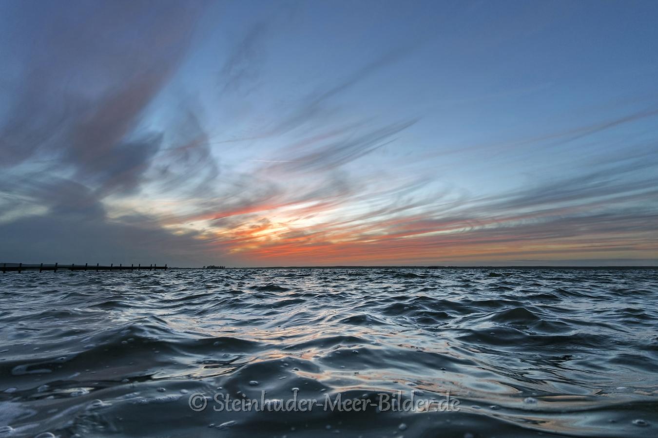 Wolken-Wolkenhimmel-Wolkenhimmel-Wellen-Sonnenuntergang-Abendhimmel-Daemmerung-Abendstimmung-Abendlicht-Steinhuder Meer-D_SAM-NX500_0175a