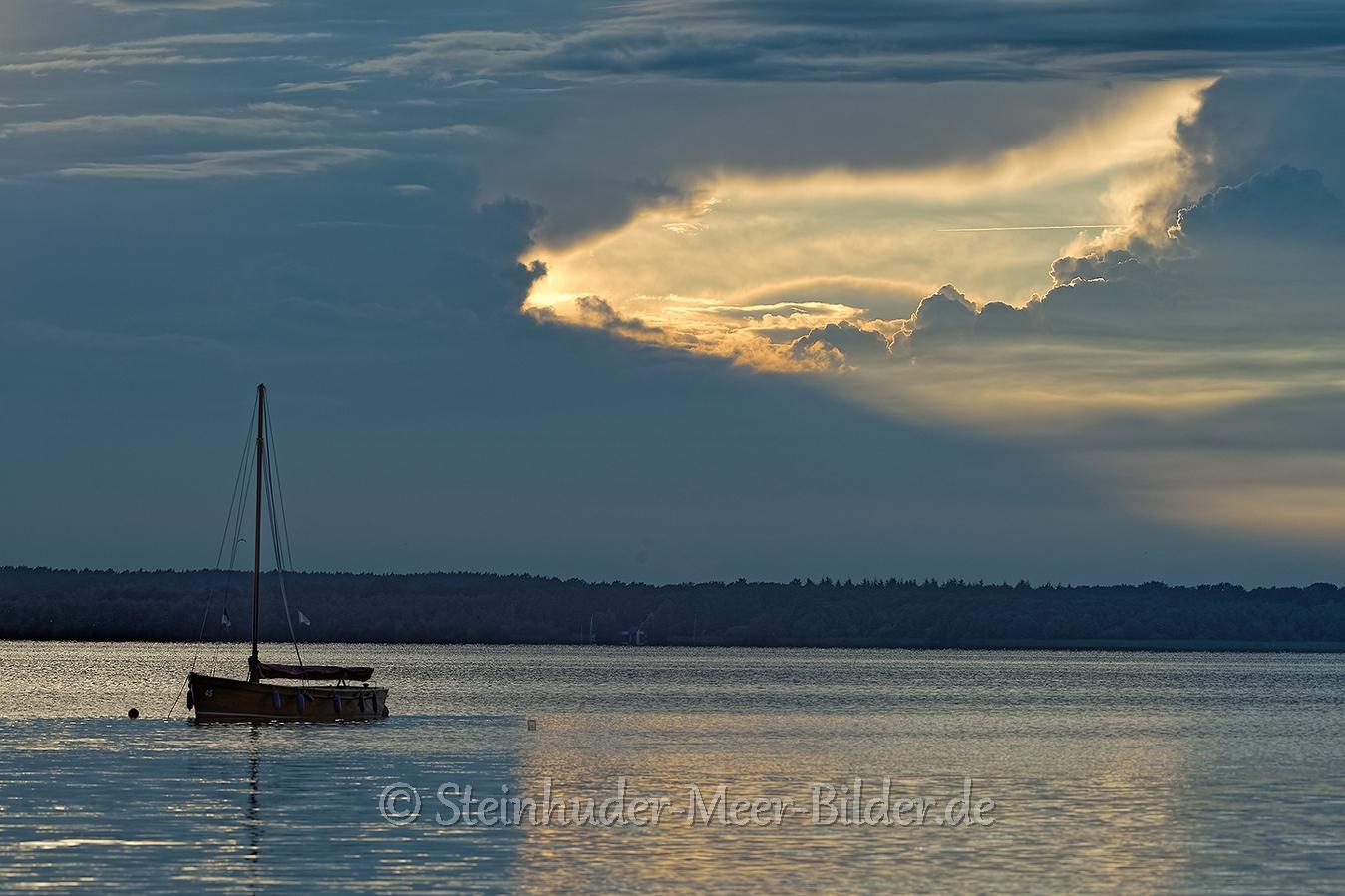 Wolkenhimmel-Wolkenloch-Segelboot-Boot-Abendstimmung-Abendlicht-Steinhuder Meer-B_NIK_0392