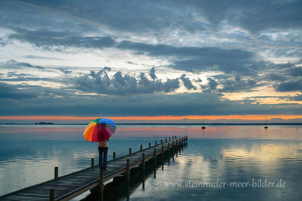 1-Abendrot-Abendhimmel-Regen-Regenschirm-Frau-Steinhuder-Meer-bunt-A7RII-DSC02336-a