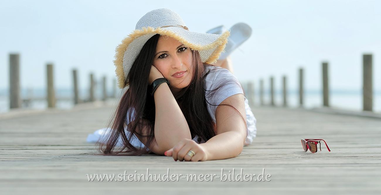 3-Portraet-Portrait-Beauty-Frau-Sonnenhut-liegende-Steg-Bootssteg-Steinhuder-Meer-Panorama-B_NIK_2351a