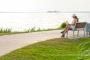 3-Frau-Bank-sitzend-lesend-Buch-Entspannung-Promenade-Steinhude-Steinhuder-Meer-B_NIK_2490a