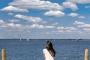 3-Frau-sitzend-Steg-Bootssteg-Wolkenhimmel-romantisch-idyllisch-Steinhuder-Meer-E_O1I4742a