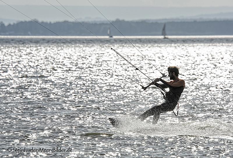 Sportfotos-Kite-Surfing-Surfer-Surfsport-Sport-Wassersport-Steinhuder-Meer-Naturpark-A_NIK1354-1