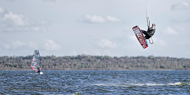 Sportfotos-Sprung-springender-Kite-Surfing-Surfer-Surfsport-Sport-Wassersport-Steinhuder-Meer-Naturpark-A_NIK2095-1
