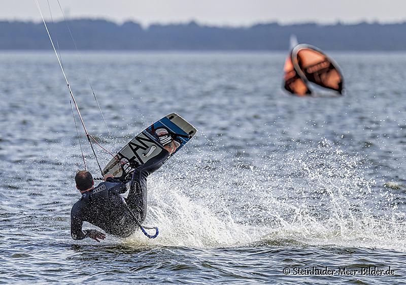 Sportfotos-Sturz-stuerzender-Kite-Surfing-Surfer-Surfsport-Sport-Wassersport-Steinhuder-Meer-Naturpark-A_NIK1214-1