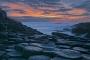landschaft-Felsen-Basalt-saeulen-giants-causeway-abend-rot-stimmung-himmel-Strand-Nord-kueste-Meer-Irland-A_NIK4598a