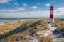 landschaft-leuchtturm-winter-schnee-sand-blauer-himmel-weisse-wolken-duenen-strand-hafer-kueste-ellenbogen-list-Sylt-C_NIK_4992a Kopie