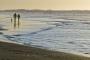 landschaft-panorama-Irland-Nord-kueste-strand-paar-silhuette-hund-wellen-meer-ferien-A_SAM4645