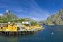 landschaft-panorama-nusfjord-fjord-boot-hafen-gelb-rorbuer-haus-haeuser-fischer-meer-felsen-Norwegen-A-Sony_DSC1193