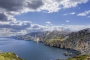 landschaft-steil-felsen-abhang-West-Kueste-blauer-himmel-weisse-wolken-gruene-Irland-A_NIK4708
