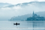 landschaft-Oesterreich-kaernten-angler-fischer-boot-silhouette-nebel-woerther-see-dunst-morgen-stille-kirche-RX_02556 Kopie