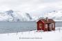 haus-landhaus-fischer-huette-lofoten-rot-meer-fjord-strand-winter-schnee-verschneit-landschaft-Norwegen-I_MG_7175