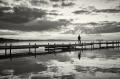 Landschaftsfotos-Naturfotos-Frau-Silhouette-Abendstimmung-Wolkenstimmung-Wolkenhimmel-Steg-Bootssteg-Schwarz-Weiss-Steinhude-Steinhuder Meer-Naturpark-G_O1I6308sw