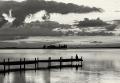 Landschaftsfotos-Naturfotos-Kind-sitzendes-Silhouette-Abendstimmung-Wolkenstimmung-Wolkenhimmel-Steg-Bootssteg-Schwarz-Weiss-Steinhude-Steinhuder Meer-Naturpark-E_O1I6568sw