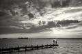 Landschaftsfotos-Naturfotos-Mutter-Kind-Silhouette-Abendstimmung-Wolkenstimmung-Wolkenhimmel-Steg-Bootssteg-Schwarz-Weiss-Steinhude-Steinhuder Meer-Naturpark-E_O1I0146sw