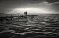 Landschaftsfotos-Naturfotos-Paar-Silhouette-Abendstimmung-Wolkenstimmung-Wolkenhimmel-Steg-Bootssteg-Schwarz-Weiss-Steinhude-Steinhuder Meer-Naturpark-B_DSC0475sw