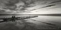 Landschaftsfotos-Naturfotos-Paar-sitzendes-Silhouette-Abendstimmung-Wolkenstimmung-Wolkenhimmel-Steg-Bootssteg-Schwarz-Weiss-Steinhude-Steinhuder Meer-Naturpark-B_DSC4418sw
